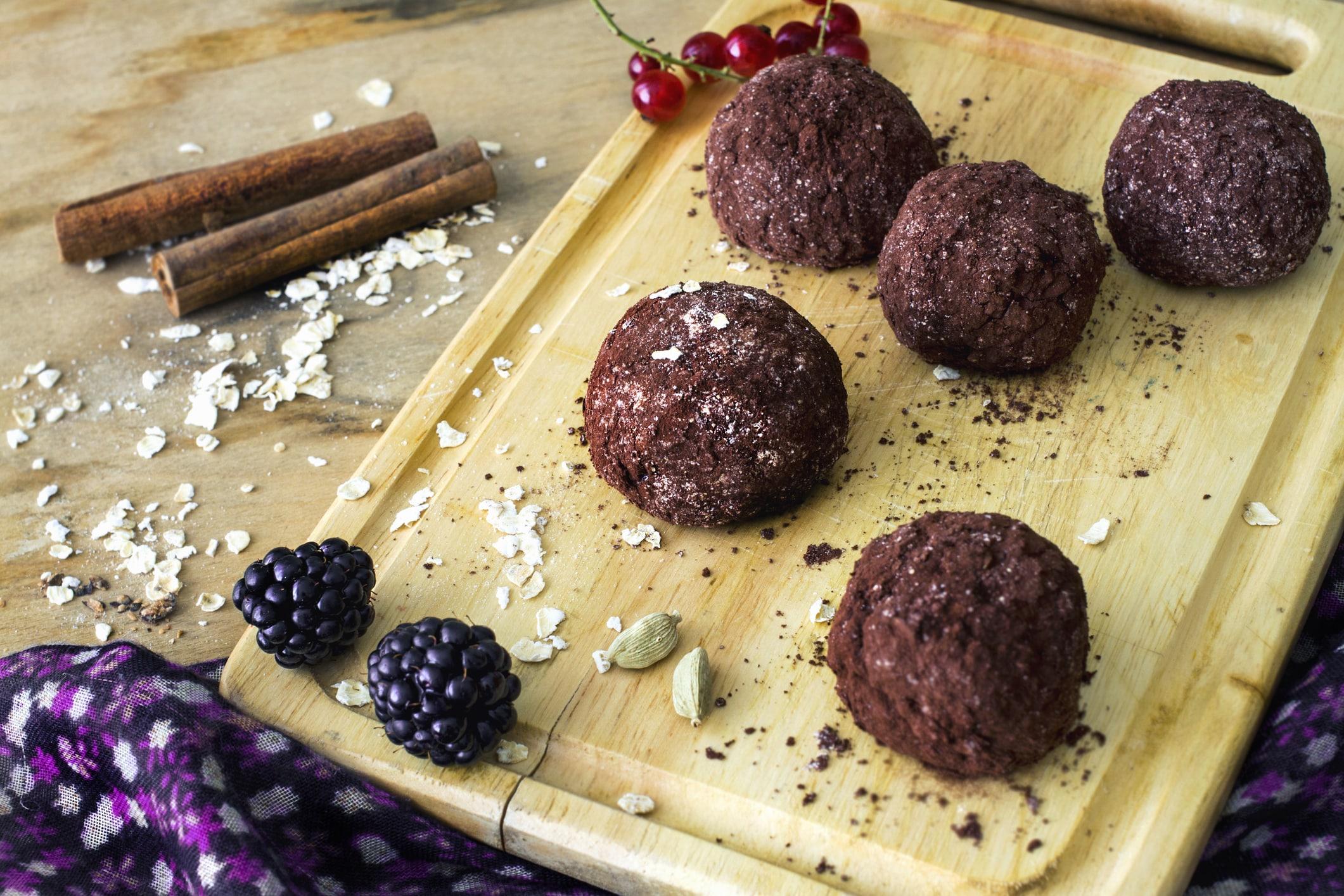 homemade-raw-healthy-vegan-chocolate-truffles-with-muesli-59929524-min
