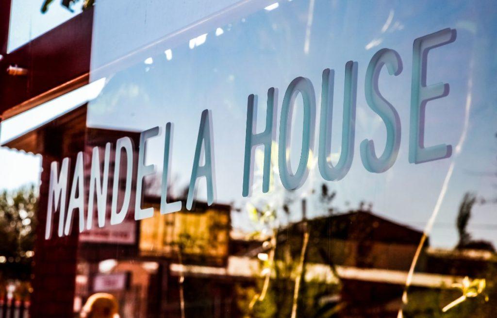 glass-window-outside-nelson-mandela-s-house-in-vilakazi-street-s-121555892-min